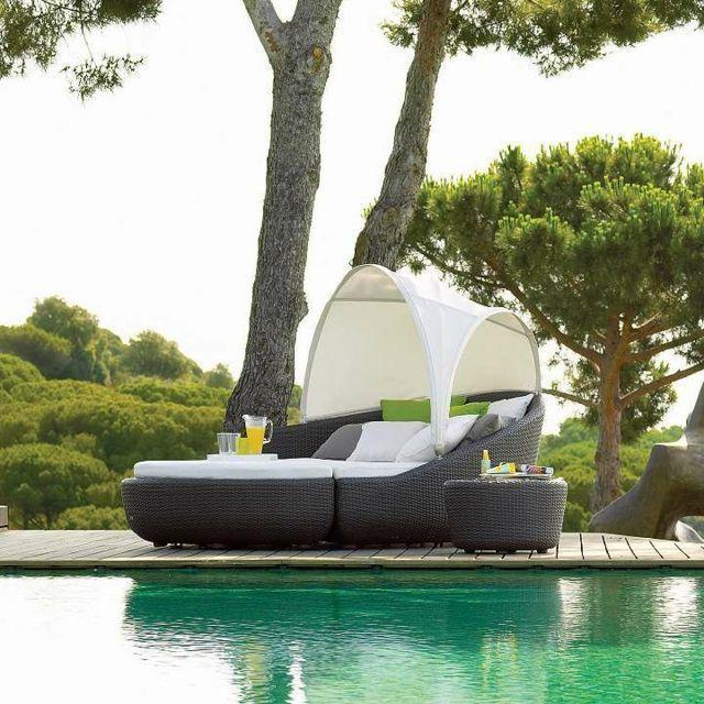 chaise-longue-modulaire-piscine-pare-soleil-résine-tressée-noire #ResinPatioFurniturespaces