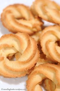 Galletas de mantequilla danesas 1 huevo (60 g) 200 g de mantequilla 130 g de azúcar glas 320 g de harina 2 cucharadas de pasta de vainilla (apro. 30g) Colocar todo en un tazón y mezcle de manera uniforme utilizando una pala en la velocidad más baja posible. formar guirnaldas sobre una bandeja de horno engrasada utilizando una punta de estrella abierta. Cocer en el horno precalentado a 200ºC durante 7-8 minutos Dejar enfriar un poco antes de quitar las galletas de la charola