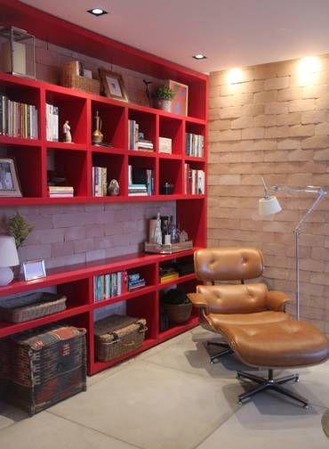 Cereja do bolo: estante em laca vermelha e tijolinhos levam aconchego ao projeto ambientado numa sala de estar Foto: Terceiro / Divulgação