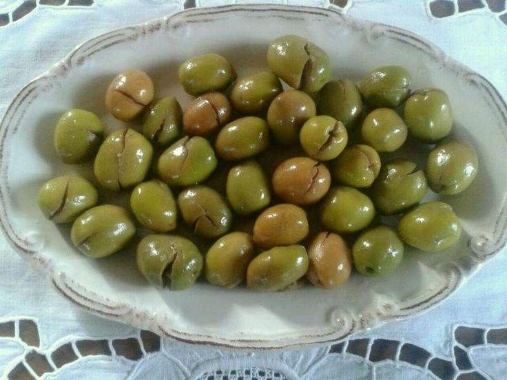 Evde çeşitli yöntemler kullanarak yeşil zeytin yapabilirsiniz. Artık çoğu semt pazarında taze zeytin satılıyor. Şanslıysanız ağaçtan topladığınız, yahut pazardan aldığınız taze zeytinlerle gönül rahatlığıyla yiyebileceğiniz, temiz, sağlıklı zeytinler kur...