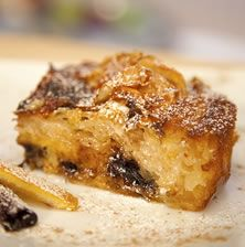 """Η κλασσική, εύκολη και αγαπημένη πατσαβουρόπιτα, μεταμορφώνεται σε """"μεγάλο"""" γλυκό με την προσθήκη από δάκρυα σοκολάτας που λιώνουν ανάμεσα στα φύλλα"""