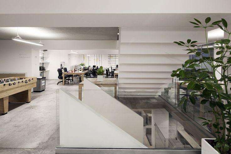 La escalera interna como nucleo central del proyecto en las nuevas oficinas que diseñamos y construimos para agencia de marketing, se desfasa como una resultante al programa de acuerdo al nivel en que se encuentra.  Es a través de la escalera que logramos conectar los 4 niveles de la agencia creando una atmósfera de interacción & informal meeting spots.