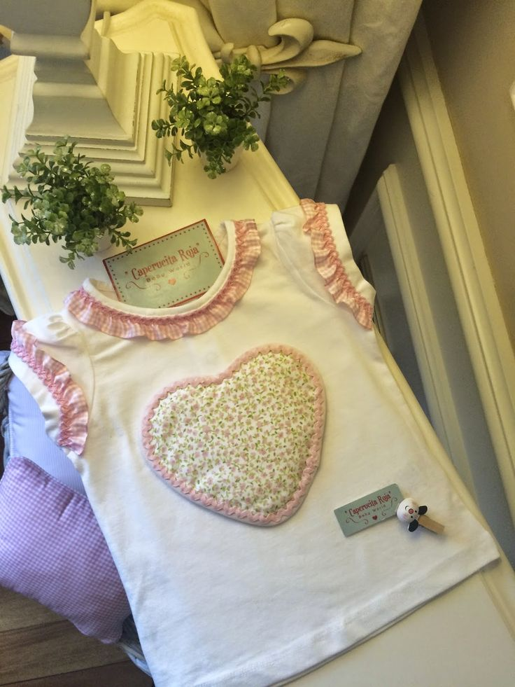 """Camiseta blanca con corazón de florecitas .. de la colección """"Rosa-Baby"""", desde la talla 3 meses hasta la talla 12 año."""
