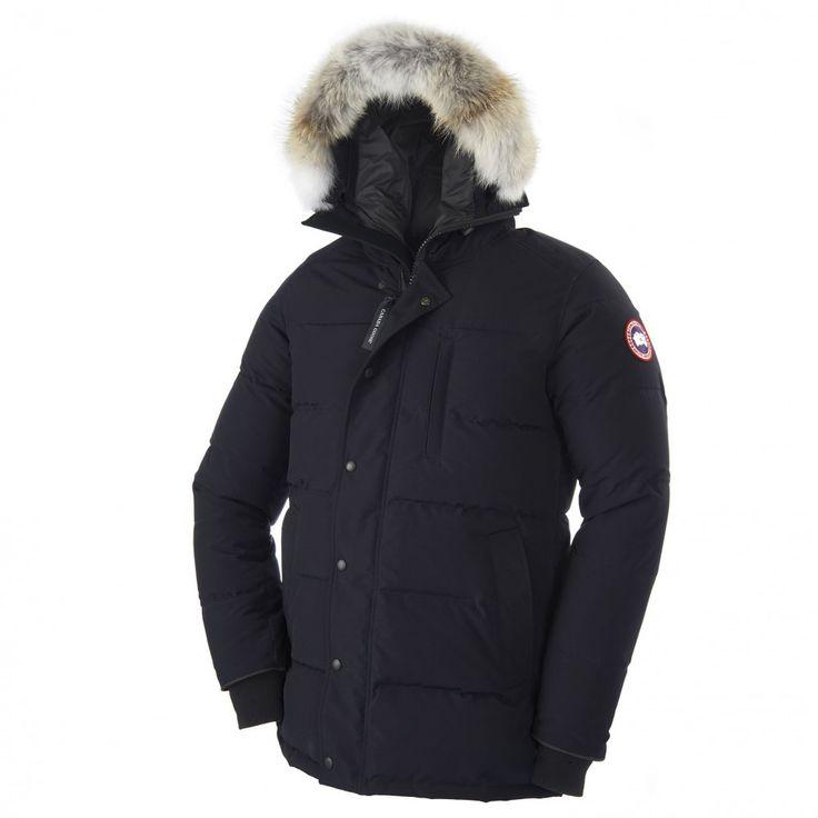 Canada Goose Carson Parka i navy. Parkaen tåler kulde ned til -25 grader celsius. Den har fire lommer på fronten som er snøbeskyttet. Parkaen har både glidelås og knapper og halsen er høy for å beskytte mot v