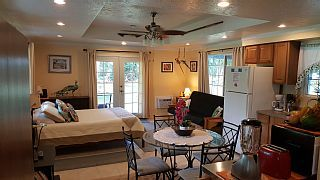 Family Friendly, Five star quality cottage, private 2 acres, fruit orchard.