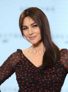 """Η λαμπρή ιταλίδα Monica Bellucci εμφανίστηκε στο photocall για την ταινία """"Spectre"""", φορώντας ένα μαύρο φόρεμα με κόκκινα πουά από τον οίκο Dolce & Gabbana. Το make-up της περιλάμβανε φυσικά χρώματα, smoky μάτια και ροζ χείλη με ελαφρύ γκλίτερ. Το hairstyle της ηθοποιού ήταν κομψό, με χωρίστρα στην μέση και όλο το μαλλί να πέφτει στον ένα ώμο, σχηματίζοντας έναν μικρό κυμματισμό στο τελείωμα. Η Μonica μπορεί να είναι 50 χρονών, αλλά συνεχίζει να είναι καυτή και να αποτελεί πρότυπο."""