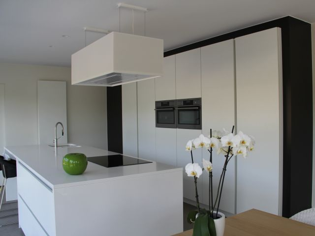 Moderne keuken • keukeneiland • greeploos • hanglamp • ingebouwde oven • Foto: www.covemaeker.be