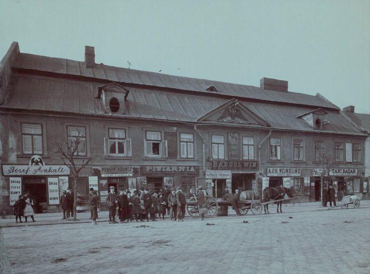 Dom Pod Czarnym Orłem przy Rynku Podgórskim nr 13, ok. 1915 r. Skład cukru, kawy i towarów korzennych, piekarnia parowa (co z dumą podkreślano, bo to znak nowoczesności), piwiarnia, Sprzedaż Galicyjskich Wyrobów Naftowych Alfreda Volkera, skład gipsu, Tani bazar