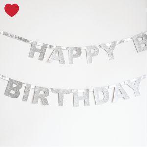Happy birthdayslingerzilver Geef jouw feestje een glitter en glamour effect met deze mooie zilveren Happy birthday slinger. Zo pimp je je muren, plankjes, deuren ...