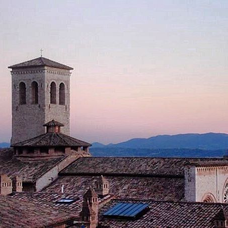 🇮🇹ASSISI🇮🇹 That early sunrise gets me every time. One of my favourite towns in Italy ❤️ #inawe #beautiful #picturesque #assisi #history #italia #umbria #visititalia #visitassisi #melbournelifelovetravel #rooftops #thatview #church #earlysunrise #sunrise #italy #holiday #vacation