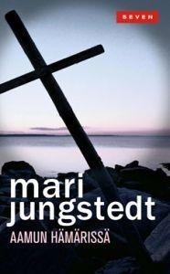 http://www.adlibris.com/fi/product.aspx?isbn=9511252429 | Nimeke: Aamun hämärissä - Tekijä: Mari Jungstedt - ISBN: 9511252429 - Hinta: 6,80 Hyvä kirja.