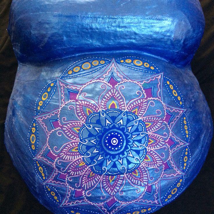 molde de yeso embarazada pintada con un mandala