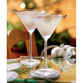 Revista Casa e Comida (@casaecomida) | Quer inovar na hora de preparar os drinques natalinos? Lá no nosso site, você encontra a receita desse martíni de lichia que vai agradar à todos, com certeza! http://glo.bo/1HEcXc3 #amocaseirices #receita #drink #martini #lichia #natal | Intagme - The Best Instagram Widget
