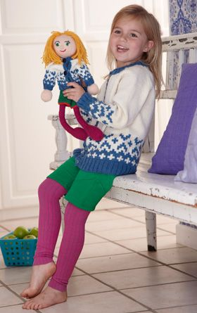 Strikjakken med mønsterbort forneden kan strikkes både til piger og drenge, og er en opskrift fra strikkeguruerne Arne og Carlos.