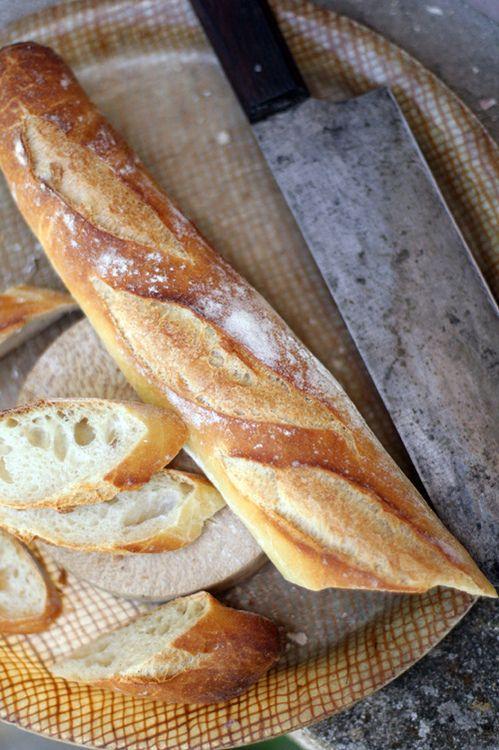 envie de baguette bien fraiche avec un morceau de fromage