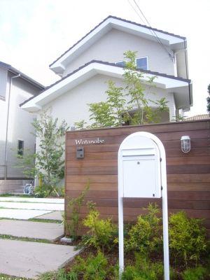 スッキリとしたオープン外構。W様邸の顔。 シンプルですが、こだわりの意匠壁。