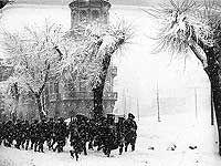 Tropas llegadas de Navarra estabilizan definitivamente la situación en Jaca: marcha hacia la Ciudadela y prácticas de tiro en su proximidad. 15 de diciembre de 1930
