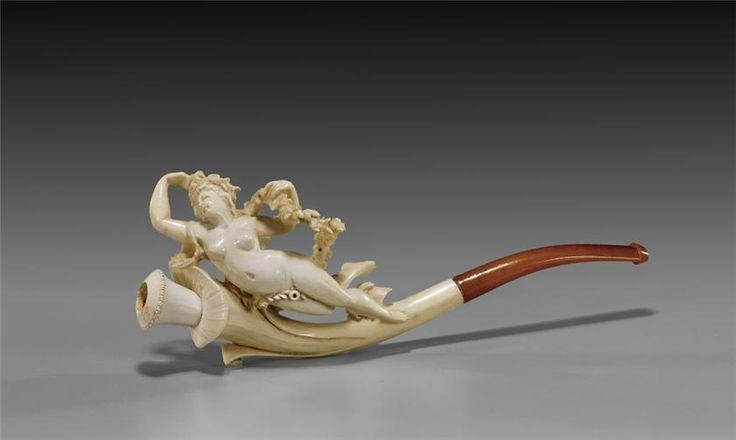В Европе табак и, как следствие, трубки стали известны после открытия Америки. То есть, после 1492-го года. Довольно долго курение табака считалось занятием бесовским, осуждалось и даже преследовалось. В Португалии и Испании за это дело можно было легко угодить в каталажку.