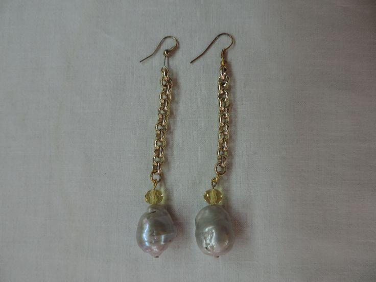Orecchini pendenti con catena dorata, cristallo giallo e perle scaramazze