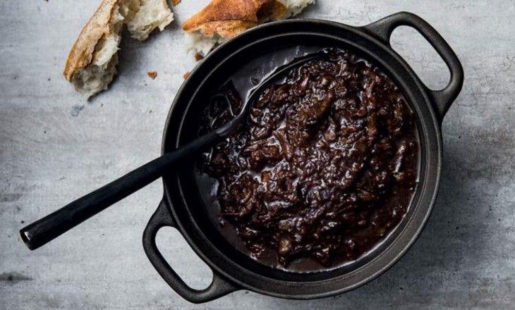 En mustig och smakrik gryta på högrev som får koka ihop ordentligt under 6-8 timmar.