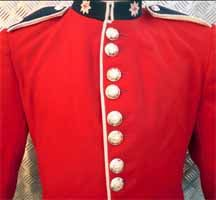 """""""Zijn uniform is zwart en rood, en van militaire snit, al denk ik niet dat het ooit een dag heeft doorgebracht in de loopgraven waarin de Roden het loodje leggen."""" p69"""