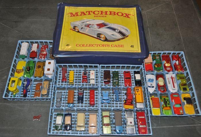 Matchbox Series Collector's case Ik was jaloers wilde ook graag zo'n koffertje als mn broer had   9.  Moko Lesney Matchbox  9b Dennis Fire Escape/Engine ( zonder een vaste voorbumper, opnieuw geschilderd, metalen wielen)   11. Moko Lesney Matchbox   ERF Petrol Road Tanker 11 a3, geel, zilver geschilderde  grille, metalen wielen.  (originele verf)   13. Moko Matchbox Lesney  Bedford Wreck Truck  ( zonder nummer op onderkant, opnieuw geschilderd en van plakletters voorzien, metalen wielen…