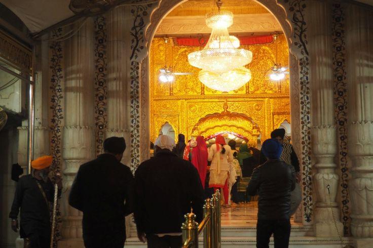 Przed wejściem na teren gurdwary wszyscy powinni mieć nakryte głowy. Sikhowie mają swoje turbany, innym mężczyznom wystarczy chusteczka.