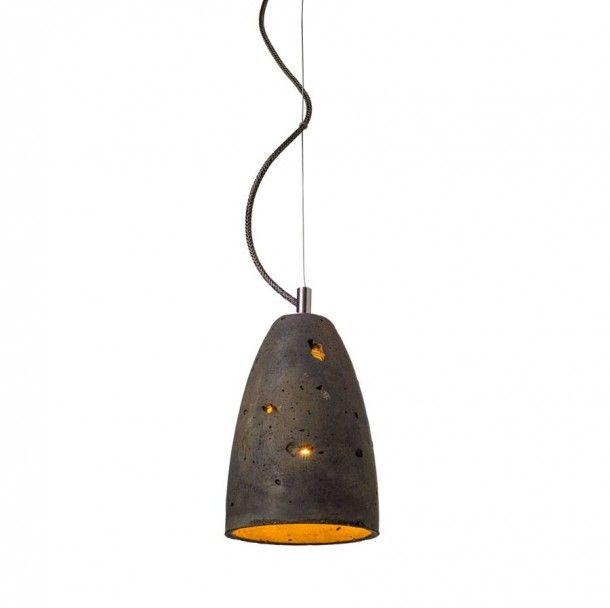 Lampa wisząca z betonu architektonicznego, dostępna w kolorze czarny rdzawiowy. Występuje w dwóch rozmiarach, rozmiar S średnica 15cm wysokość 23cm, rozmiar M średnica 20.5cm wysokość 30cm. Mocowanie i montatura stal nierdzewna, dostępna różna kolorystyka kabli.