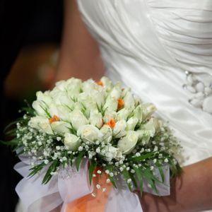 Νυφική Ανθοδέσμη Γάμου ,Νυφικό μπουκέτο με ολόφρεσκα λουλούδια ιδανικό για να συμπληρώσει μια ξεχωριστή νύφη.Το πιο σημαντικό μπουκέτο της ζωής σας επιλεγμένο να συμπληρώσει ιδανικά το στυλ του γάμου που έχετε επιλέξει,από μοντέρνο σε κλασσικό ή ρομαντικό. Το πιο όμορφο στολίδι στα χέρια σας. Νυφική ανθοδέσμη στρογγυλή με λευκά και πορτοκαλί τριαντάφυλλα αγκαλιασμένη με γυψόφυλλο και φυλλώματα. Πλούσιες κορδέλες στους ίδιους χρωματισμούς.