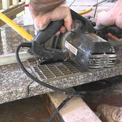 Pisau Potong Granit yang Bagus dan Awet . Granit maupun keramik memerlukan alat yang bagus untuk memperkecil ukuran supaya dapat diaplikasikan di area sisa lantai dan dinding. Penggunaan pisau potong granit yang bagus akan memudahkan pekerjaan karena proses pemotongan menjadi lebih cepat dan efisien. Alat tersebut selain berfungsi untuk memotong juga dapat membantu membentuk pola tertentu di bagian sudut.