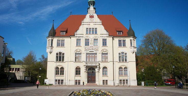 Trossingen (Baden-Württemberg): Trossingen ist eine Kleinstadt auf der Baar in Baden-Württemberg. Die zweitgrößte Stadt des Landkreises Tuttlingen liegt inmitten der Region Schwarzwald-Baar-Heuberg. Die Hochschulstadt Trossingen ist Sitz einer staatlichen Musikhochschule, einer traditionsreichen Musikinstrumentenindustrie sowie verschiedener überregionaler musikalischer Einrichtungen und Verbände; sie bezeichnet sich daher auch als Musikstadt.