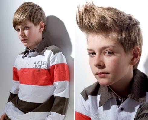 Een leuk jongens kapsel dat je gemakkelijk op twee heel verschillende manieren kunt stylen. Haar: J.7