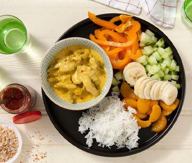 En snabb currygryta, med yoghurt, kokos och banan, som är otroligt smakrik. Låt kött, lök, vitlök, curry och sambal oelek sjuda ihop med fond och yoghurt. Servera sedan köttgrytan och ris med tillbehör så som rostad kokos, mandarin och banan.