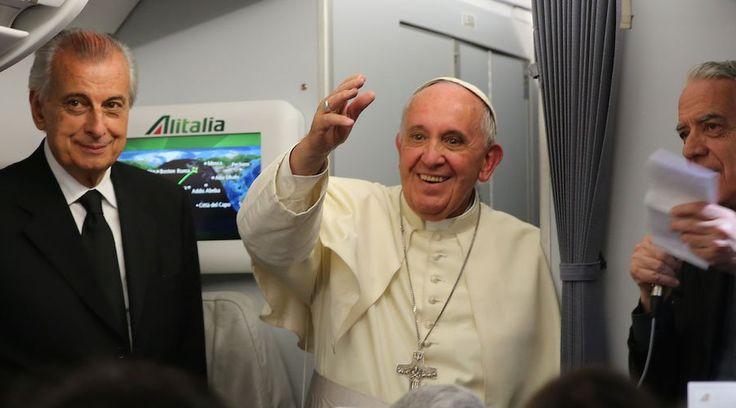 En el vuelo de regreso a Roma (Italia), luego de su visita apostólica a Ecuador, Bolivia y Paraguay, el Papa Francisco concedió una rueda de prensa de 64 minutos a los periodistas que viajaron con él.