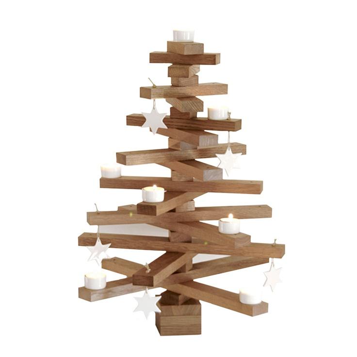 L'albero di Natale Tree Set è realizzato completamete in rovere. E' composto da una base, da 18 rami di varie lunghezze e sette piccole parti che collegano i diversi strati dell'albero. Nel Tree set sono incluse 5 stelle e 7 candele in porcellana.