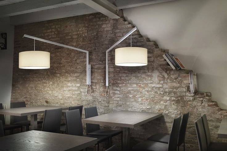 Le applique, soprattutto se opportunamente equipaggiate di dimmer, offrono una buona luce generale e sono una valida alternativa alle lampade da lettura e a quelle a sospensione, perché sono in grado, da sole, di illuminare un intero ambiente.