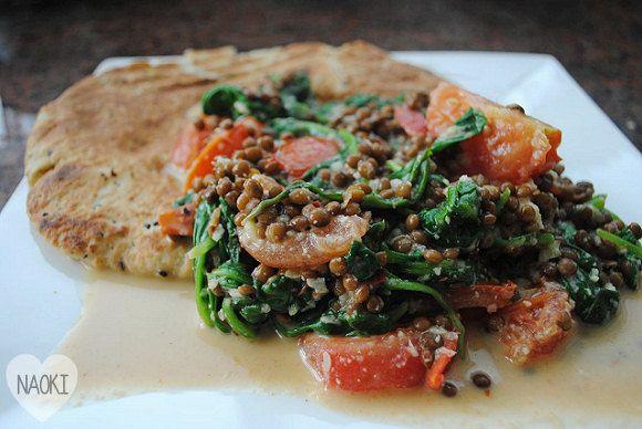 Spinazie curry met linzen || vegetarisch || ui, rode peper, gember, knoflook, kokosmelk, linzen, verse spinazie, tomaten, gedroogde kruiden: kerrie, citroengras (serehpoeder), paprikapoeder, komijn (djinten)