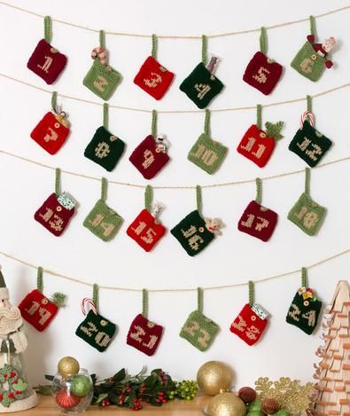 Calendario de La Maison Bisoux – Navidad 2014-15 http://www.redheart.com/free-patterns/advent-calendar-gift-pockets#.UG7btcBL0C8.pinterest