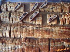 CUKROVÍ - Sakrajda = sakra, to je ale dobré. Záviny z perníkového těsta s povidlama a s ořechama nakrájené na plátky.