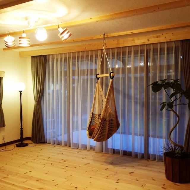 mignonさんの、なんちゃって梁,カーテンボックスDIY,物は置きたくない,観葉植物,無垢材の床,ウンベラータ,ハンモックチェア,照明 リビング,フロアースタンド,リビング,のお部屋写真