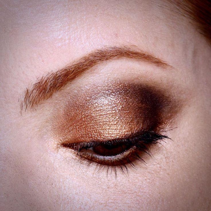Julia Petit maquiagem de festas usando o estojo de sombras Natura Aquarela.