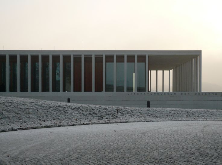 A simplified concrete colonnade surrounds the Museum of Modern Literature (Literaturmuseum der Moderne).