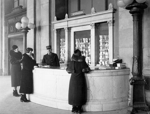 Image : HM_ARC_003474  Gare Windsor, bureau d'information  Vers 1916  Photographie  Archives du Chemin de fer Canadien Pacifique  © Archives du Chemin de fer Canadien Pacifique (# NS 7352), © Héritage Montréal