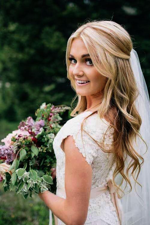 Cheveux de mariée lâche tresse côté faveurs de mariage d'automne Fort Myers ses chaussures de …   – Hochzeitsfrisuren
