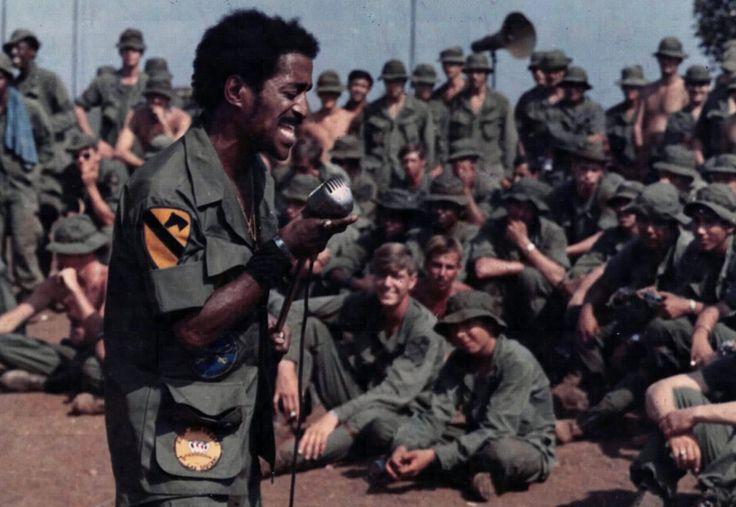 Sammy Davis Jr. actuando en un concierto para animar a las tropas en febrero de 1972