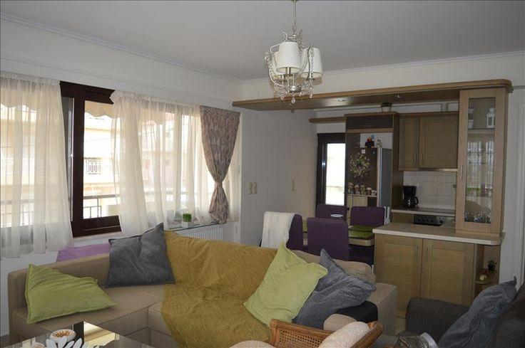 Продается квартира площадью 70 кв.м в Лутраки. Квартира расположена на четвертом этаже и состоит из 2 спальных комнат, гостиной с кухней, одной ванной комнаты. Квартира имеет угловое расположение. Имеет великолепный вид на горы, на город, также есть мебель, брониро