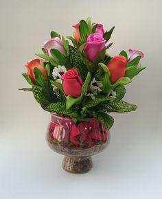 Arranjo de flores artificiais em vaso de vidro com botões de rosas em eva. Consulte disponibilidade de cores e vasos.