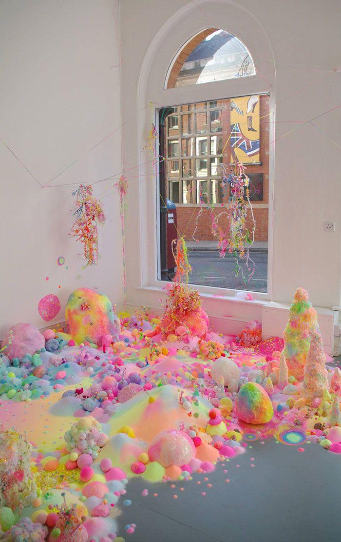 Cet artiste utilise des milliers de bonbons pour transformer des pièces en un monde féérique