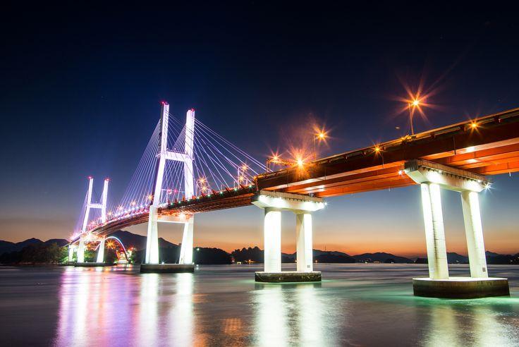창선-삼천포대교는 그자체로도 장엄하지만 아주 아름다운 야경을 가지고 있습니다. Changseon·Samcheonpo Bridge is a spectacular sight on its own but also has a very beautiful night view.