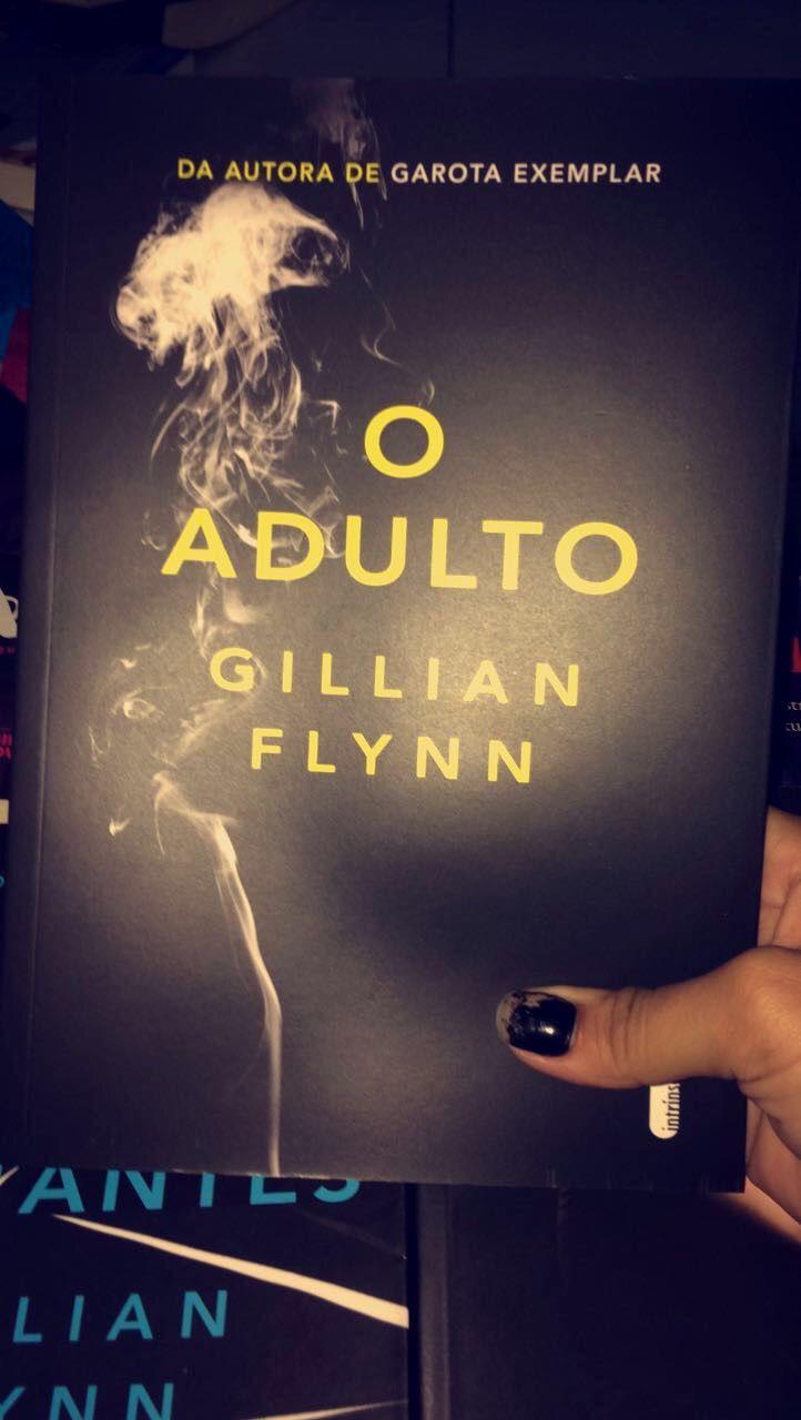 A história gira em torno de uma mulher que, antes, prostituta, tornou-se uma falsa leitora de cartas que se envolver em um mistério de uma casa supostamente assombrada. Será que sobrevirá? Uma leitura intrigante e assustadora, mesmo com poucas páginas, Gillian Flynn te prende em um suspense de arrepiar. Super recomendo!!